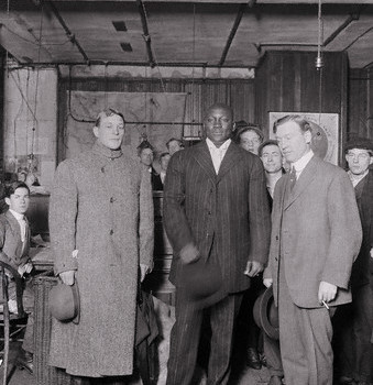 Ketchel, on lifts, posing with Jack Johnson before their fight.